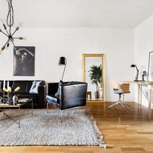 Inspiration för moderna allrum med öppen planlösning, med vita väggar, mellanmörkt trägolv och brunt golv