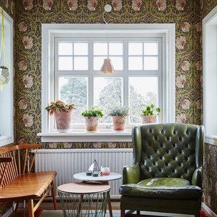 Idéer för ett mellanstort klassiskt separat vardagsrum, med flerfärgade väggar och mörkt trägolv