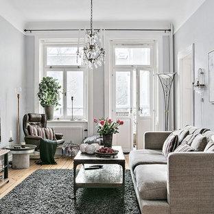 Inspiration för ett mellanstort skandinaviskt separat vardagsrum, med grå väggar, ljust trägolv och en fristående TV