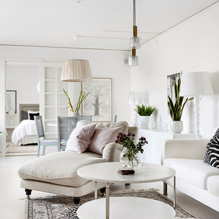 Imagen de salón para visitas abierto, moderno, grande, sin chimenea y televisor, con paredes blancas y suelo de madera pintada