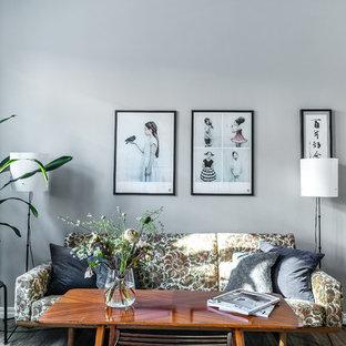 Inspiration för nordiska vardagsrum, med grå väggar, mellanmörkt trägolv och brunt golv