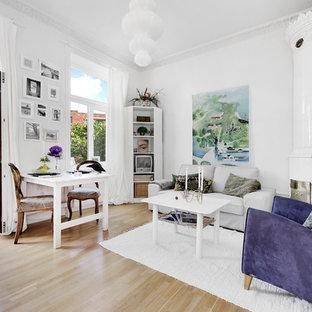 Idéer för ett mellanstort eklektiskt allrum med öppen planlösning, med vita väggar, ljust trägolv, en öppen hörnspis och ett finrum