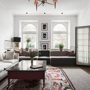 Idéer för ett stort skandinaviskt allrum med öppen planlösning, med ett finrum, vita väggar, mörkt trägolv och en väggmonterad TV