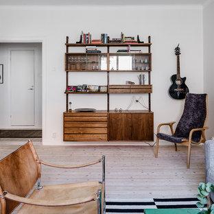 Inredning av ett skandinaviskt mellanstort vardagsrum, med vita väggar och ljust trägolv