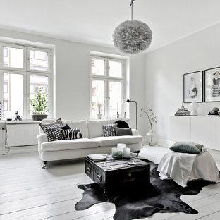 Foto på ett stort nordiskt separat vardagsrum, med ett finrum, vita väggar, målat trägolv och vitt golv