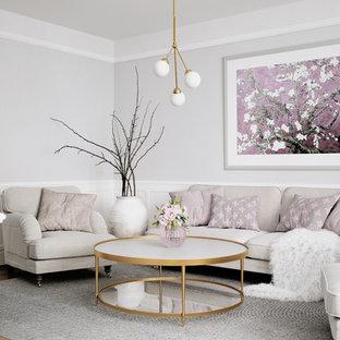 Idéer för ett klassiskt vardagsrum, med grå väggar, mellanmörkt trägolv och brunt golv
