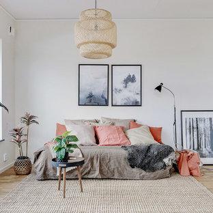 Idéer för att renovera ett litet skandinaviskt separat vardagsrum, med vita väggar, ljust trägolv och beiget golv