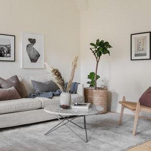Idéer för att renovera ett minimalistiskt vardagsrum, med beige väggar, ljust trägolv och beiget golv