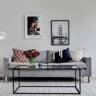 Bild på ett litet minimalistiskt allrum med öppen planlösning, med grå väggar, ett finrum, ljust trägolv och beiget golv
