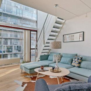 Esempio di un soggiorno nordico di medie dimensioni e chiuso con pareti bianche, parquet chiaro, sala formale, nessun camino e TV autoportante