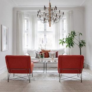 Inspiration för mellanstora minimalistiska separata vardagsrum, med ett finrum, vita väggar, ljust trägolv och beiget golv