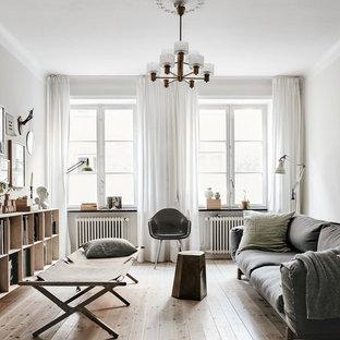 Skandinavisk inredning av ett mellanstort separat vardagsrum, med vita väggar, ljust trägolv, ett finrum och beiget golv