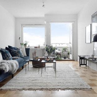Idéer för nordiska vardagsrum, med ljust trägolv och beiget golv