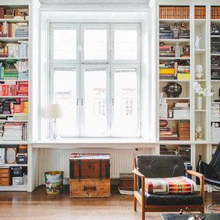 Idéer för mellanstora nordiska separata vardagsrum, med vita väggar och mellanmörkt trägolv