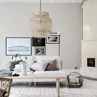 Bild på ett stort vintage vardagsrum, med beige väggar och ljust trägolv