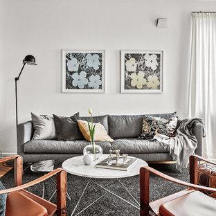 Foto på ett retro vardagsrum, med vita väggar