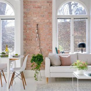 Immagine di un grande soggiorno scandinavo aperto con pareti rosa, pavimento in legno verniciato, sala formale e nessuna TV