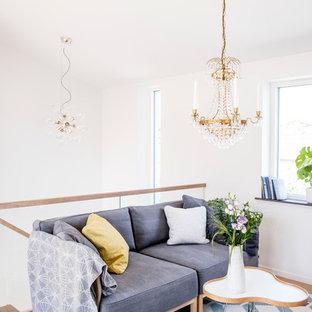 Idéer för små vintage loftrum, med vita väggar och ljust trägolv