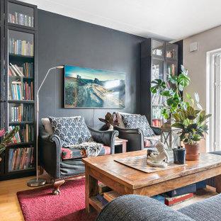 Idéer för eklektiska vardagsrum, med grå väggar, mellanmörkt trägolv, beiget golv och en väggmonterad TV