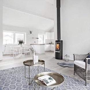 Idéer för att renovera ett minimalistiskt allrum med öppen planlösning, med ett finrum, vita väggar, ljust trägolv och en öppen vedspis
