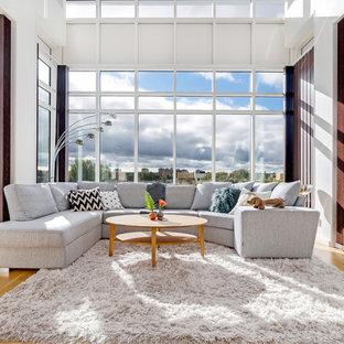 Inspiration för mycket stora moderna vardagsrum, med vita väggar och ljust trägolv