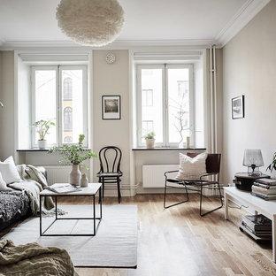 Inspiration för ett stort funkis allrum med öppen planlösning, med beige väggar och mellanmörkt trägolv