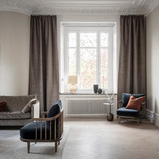 Inspiration för minimalistiska vardagsrum, med beige väggar, ljust trägolv och beiget golv