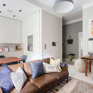 Inspiration för små moderna allrum med öppen planlösning, med grå väggar, målat trägolv, en väggmonterad TV och ett finrum