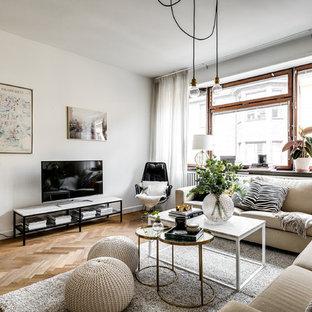Bild på ett skandinaviskt vardagsrum, med ett finrum, vita väggar, mellanmörkt trägolv, en fristående TV och brunt golv