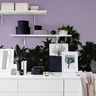 ヨーテボリのエクレクティックスタイルのおしゃれなリビング (紫の壁) の写真