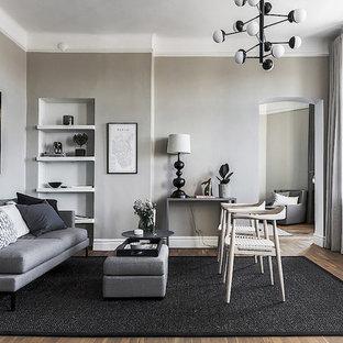 Idéer för ett mellanstort nordiskt vardagsrum, med grå väggar, mellanmörkt trägolv, brunt golv och ett finrum