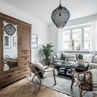 Nordisk inredning av ett mellanstort separat vardagsrum, med vita väggar, mellanmörkt trägolv och brunt golv