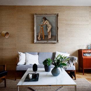 50 tals inredning av ett mellanstort vardagsrum, med beige väggar, ljust trägolv och beiget golv