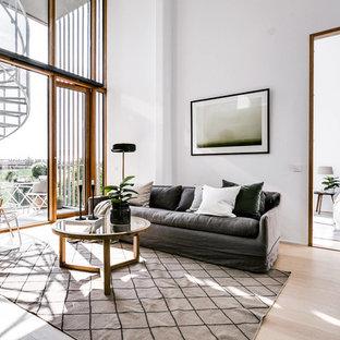 Inspiration för nordiska allrum med öppen planlösning, med vita väggar, ljust trägolv, beiget golv och ett finrum