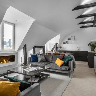 Foto på ett mellanstort minimalistiskt allrum med öppen planlösning, med vita väggar, ljust trägolv, en bred öppen spis och beiget golv