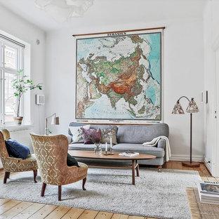 Bild på ett nordiskt vardagsrum, med vita väggar och ljust trägolv