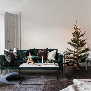 Ispirazione per un soggiorno scandinavo con pareti bianche, parquet scuro, camino lineare Ribbon e cornice del camino in pietra