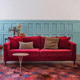 Immagine di un soggiorno tradizionale con pareti blu e pavimento in legno massello medio