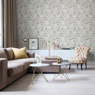 Foto di un grande soggiorno minimalista con pareti grigie, parquet chiaro, nessun camino e nessuna TV