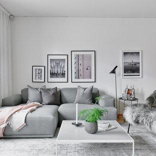 Bild på ett mellanstort nordiskt separat vardagsrum, med vita väggar och mellanmörkt trägolv