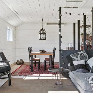 Inredning av ett shabby chic-inspirerat litet vardagsrum, med vita väggar