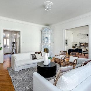 Foto på ett vintage separat vardagsrum, med ett finrum, vita väggar, mellanmörkt trägolv, en öppen hörnspis, en spiselkrans i trä och brunt golv