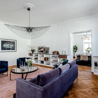 Bild på ett mellanstort skandinaviskt separat vardagsrum, med vita väggar, mellanmörkt trägolv och brunt golv