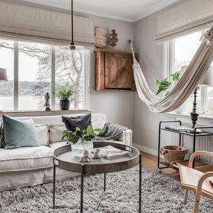 Exempel på ett nordiskt separat vardagsrum, med grå väggar, ljust trägolv och beiget golv