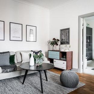 Foto på ett mellanstort minimalistiskt separat vardagsrum, med vita väggar och brunt golv