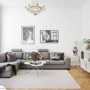Idéer för att renovera ett skandinaviskt vardagsrum, med ett finrum, vita väggar, mellanmörkt trägolv och beiget golv