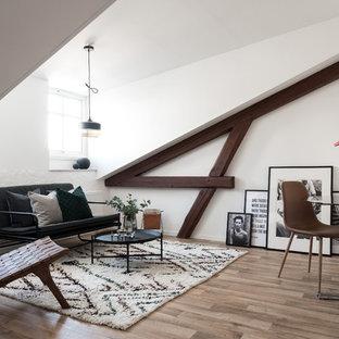 Exempel på ett skandinaviskt allrum med öppen planlösning, med vita väggar, ljust trägolv och brunt golv
