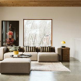 Inspiration för skandinaviska allrum med öppen planlösning, med beige väggar, betonggolv och grått golv