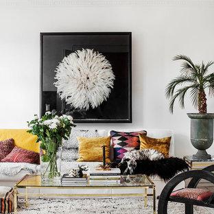 Imagen de salón para visitas cerrado, tropical, grande, sin chimenea y televisor, con paredes blancas y suelo de madera clara