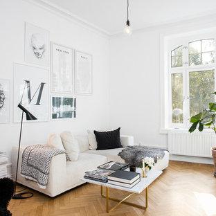 Bild på ett mellanstort nordiskt separat vardagsrum, med vita väggar och ljust trägolv